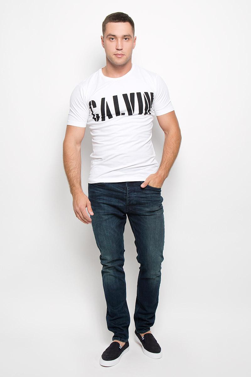 ФутболкаJ30J300139_0250Стильная мужская футболка Calvin Klein Jeans, выполненная из эластичного хлопка, обладает высокой теплопроводностью, воздухопроницаемостью и гигроскопичностью. Она необычайно мягкая и приятная на ощупь, не сковывает движения и превосходно пропускает воздух. Такая футболка отлично подойдет как для занятия спортом, так и для повседневной носки. Модель с короткими рукавами и круглым вырезом горловины - идеальный вариант для создания модного современного образа. Футболка оформлена крупным контрастным принтом с надписью Calvin. Эта модель подарит вам комфорт в течение всего дня и послужит замечательным дополнением к вашему гардеробу.