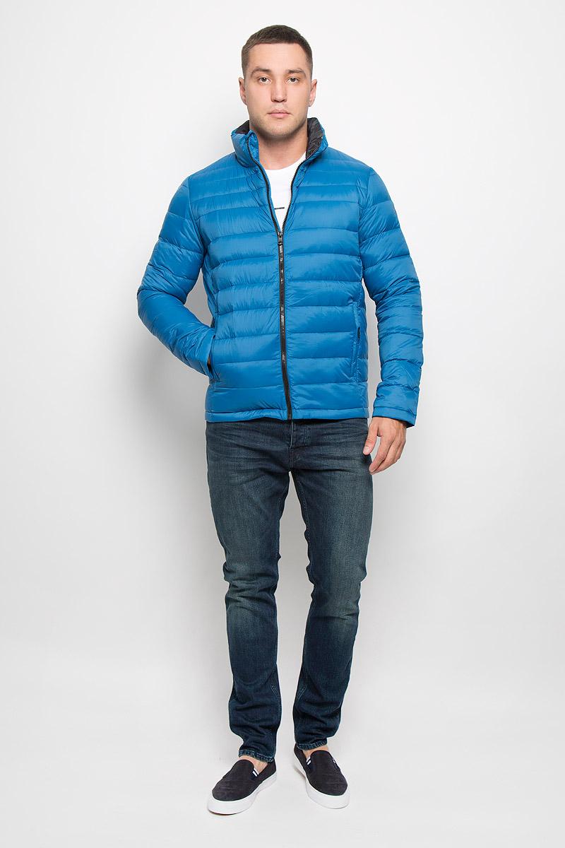 КурткаJ30J300667_9650Стильная мужская куртка Calvin Klein Jeans превосходно подойдет для прохладных дней. Куртка выполнена из нейлона, отлично защищает от дождя и ветра, а подкладка на основе пуха с добавлением пера превосходно сохраняет тепло. Модель с длинными рукавами и воротником-стойкой застегивается на застежку-молнию спереди. Изделие дополнено двумя втачными карманами на молниях и одним вместительным внутренним карманом-чехлом, в который при необходимости можно уложить саму куртку. Для удобства транспортировки карман-чехол дополнен петлей на запястье. Куртка оформлена стегаными полосками. Эта модная и в то же время комфортная куртка согреет вас в прохладное время года и отлично подойдет как для прогулок, так и для занятия спортом.