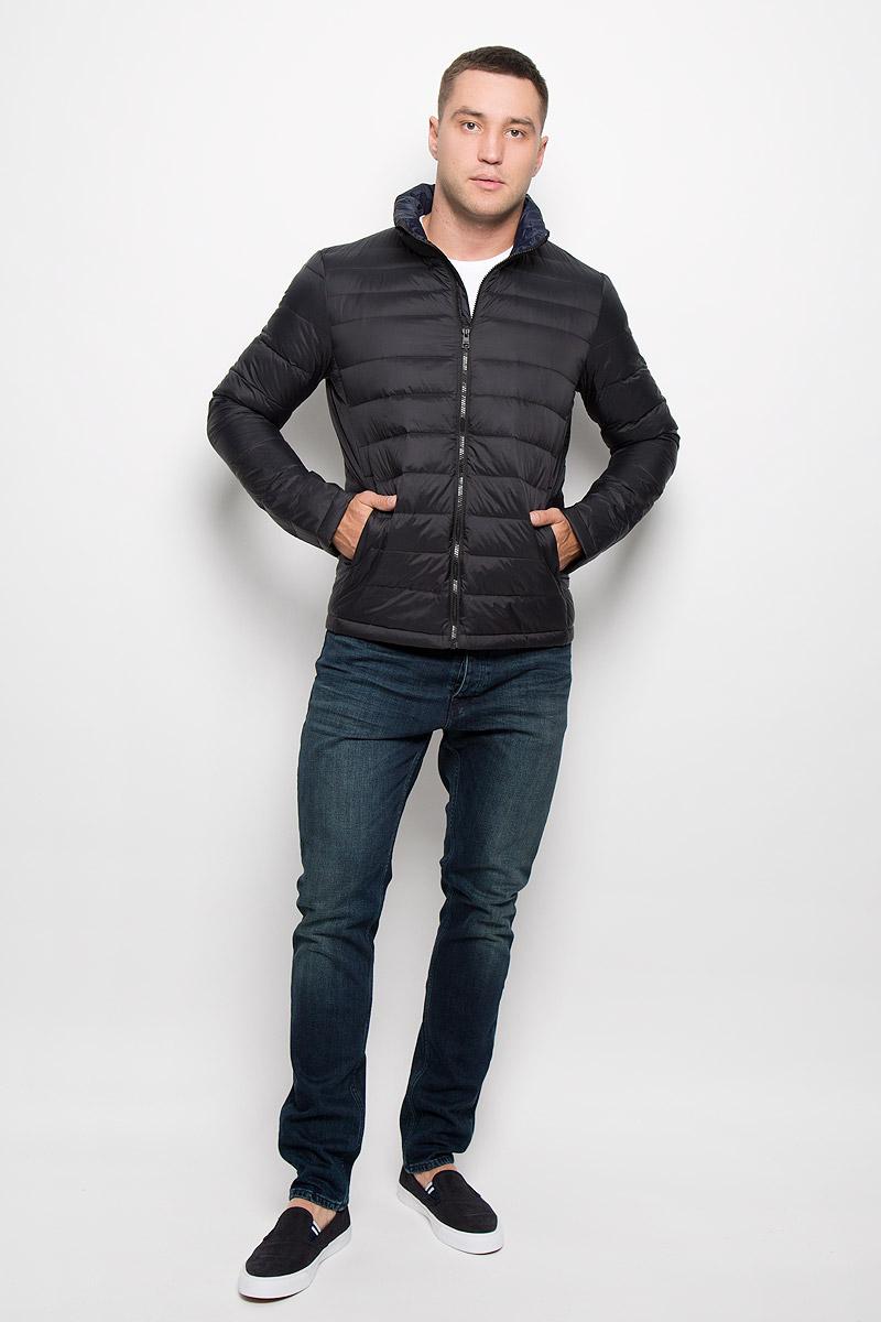 Куртка мужская Jeans. J30J300667J30J300667_4880Стильная мужская куртка Calvin Klein Jeans превосходно подойдет для прохладных дней. Куртка выполнена из нейлона, отлично защищает от дождя и ветра, а подкладка на основе пуха с добавлением пера превосходно сохраняет тепло. Модель с длинными рукавами и воротником-стойкой застегивается на застежку-молнию спереди. Изделие дополнено двумя втачными карманами на молниях и одним вместительным внутренним карманом-чехлом, в который при необходимости можно уложить саму куртку. Для удобства транспортировки карман-чехол дополнен петлей на запястье. Куртка оформлена стегаными полосками. Эта модная и в то же время комфортная куртка согреет вас в прохладное время года и отлично подойдет как для прогулок, так и для занятия спортом.