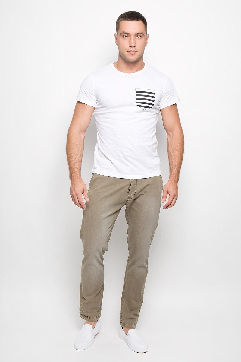 ФутболкаR0216Т10Стильная мужская футболка Rocawear, выполненная из высококачественного натурального хлопка, обладает высокой воздухопроницаемостью и гигроскопичностью, позволяет коже дышать. Такая футболка великолепно подойдет как для повседневной носки, так и для спортивных занятий. Модель с короткими рукавами и круглым вырезом горловины - идеальный вариант для создания модного современного образа. Футболка оформлена принтом, имитирующим нагрудный кармашек в полоску. Такая модель подарит вам комфорт в течение всего дня и послужит замечательным дополнением к вашему гардеробу.