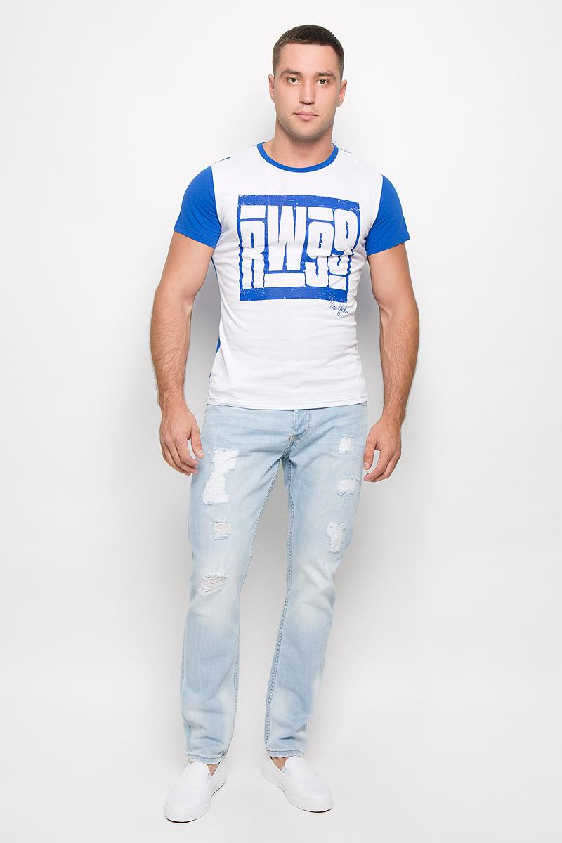R0216Т11Стильная мужская футболка Rocawear, выполненная из натурального хлопка, обладает высокой теплопроводностью, воздухопроницаемостью и гигроскопичностью. Она необычайно мягкая и приятная на ощупь, не сковывает движения и превосходно пропускает воздух. Такая футболка идеально подойдет как для занятий спортом, так и для повседневной носки. Модель с короткими рукавами и круглым вырезом горловины - отличный вариант для создания модного современного образа. Рукава и спинка изделия выполнены в контрастном цвете. Футболка оформлена крупным контрастным принтом с надписью RW99. Эта модель подарит вам комфорт в течение всего дня и послужит замечательным дополнением к вашему гардеробу.