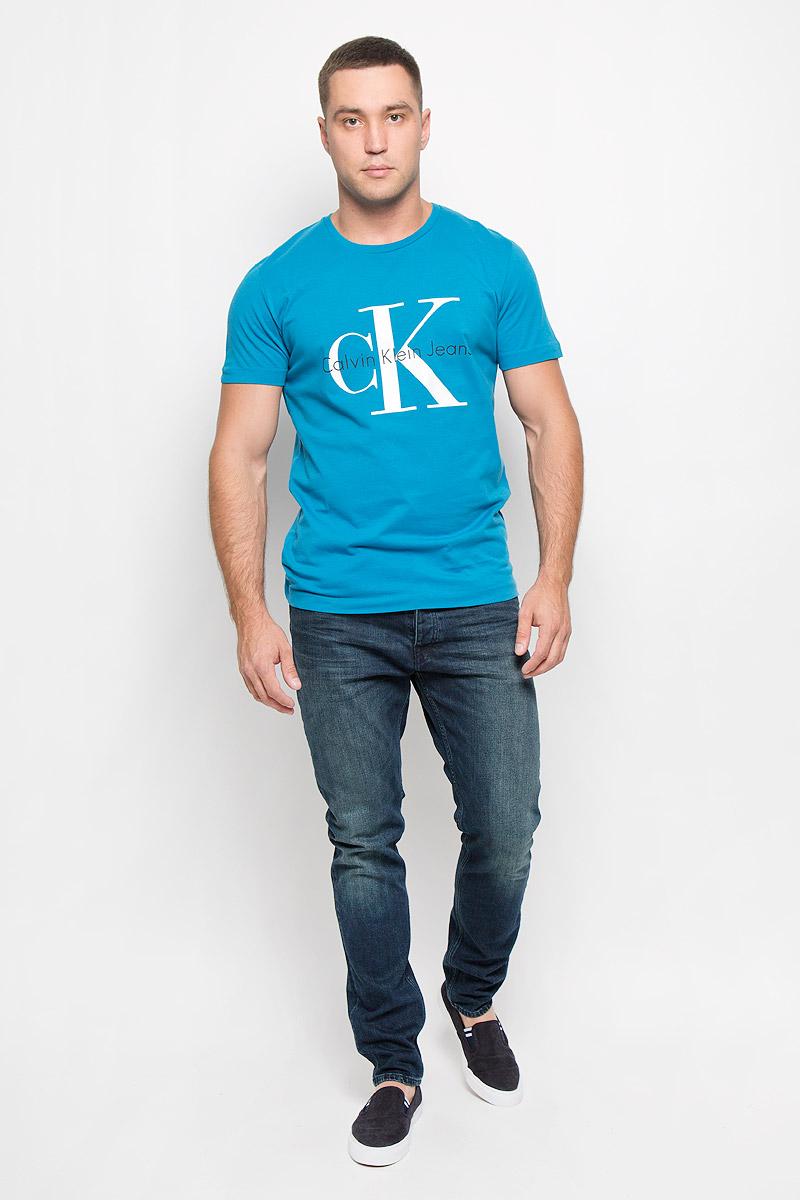 J3IJ302251_4880Стильная мужская футболка Calvin Klein Jeans, выполненная из натурального хлопка, обладает высокой теплопроводностью, воздухопроницаемостью и гигроскопичностью. Она необычайно мягкая и приятная на ощупь, не сковывает движения и превосходно пропускает воздух. Такая футболка отлично подойдет как для занятий спортом, так и для повседневной носки. Модель с короткими рукавами и круглым вырезом горловины - идеальный вариант для создания модного современного образа. Футболка оформлена крупным контрастным принтом с логотипом Calvin Klein. Эта модель подарит вам комфорт в течение всего дня и послужит замечательным дополнением к вашему гардеробу.