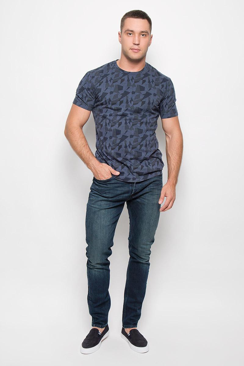 ФутболкаR0216Т15Стильная мужская футболка Calvin Klein Jeans, выполненная из натурального хлопка, обладает высокой теплопроводностью, воздухопроницаемостью и гигроскопичностью. Такая футболка превосходно подойдет как для занятий спортом, так и для повседневной носки. Модель с короткими рукавами и круглым вырезом горловины - идеальный вариант для создания модного современного образа. Футболка оформлена оригинальным геометрическим принтом. Эта модель подарит вам комфорт в течение всего дня и послужит замечательным дополнением к вашему гардеробу.