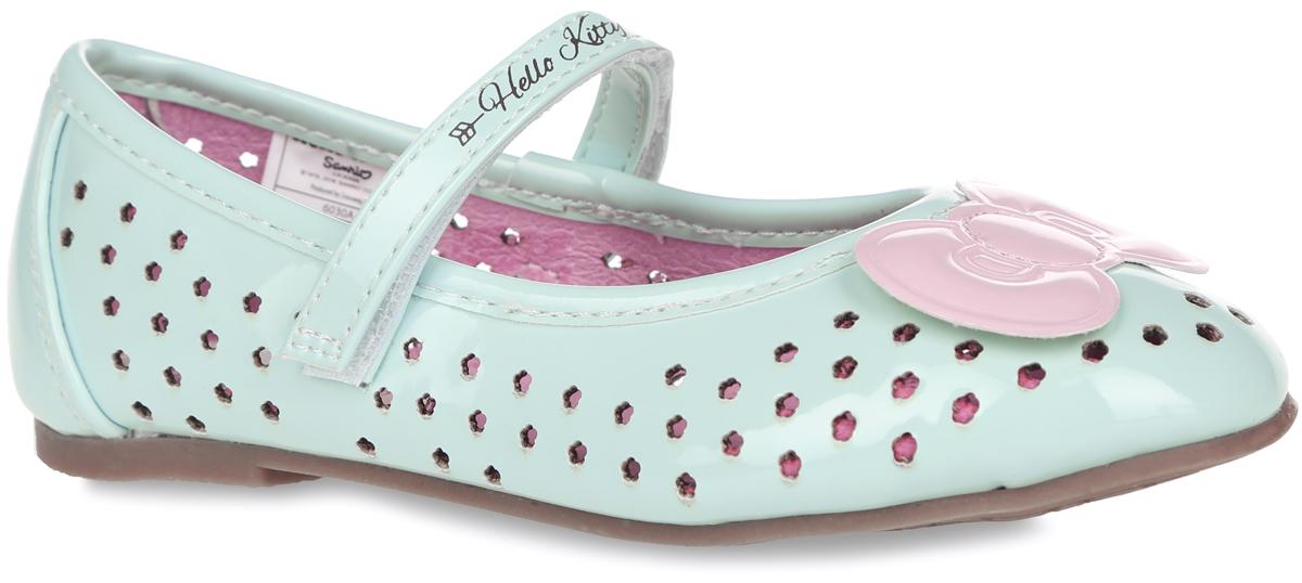 Туфли для девочки Hello Kitty. 6030A6030AПрелестные туфли Hello Kitty от Kakadu очаруют вашу принцессу с первого взгляда! Модель выполнена из синтетической кожи и декорирована перфорацией в виде цветочков, на мысе - очаровательным бантиком, на заднике - принтом с изображением милой кошечки Hello Kitty, на ремешке - названием бренда. Перфорация обеспечивает отличную вентиляцию, позволяет ногам дышать. Ремешок на застежке-липучке надежно фиксирует обувь на ноге. Стелька EVA с поверхностью из натуральной кожи обеспечивает комфорт и амортизацию при движении. Подошва с рифлением в виде цветочного рисунка гарантирует идеальное сцепление с любой поверхностью. Стильные туфли займут достойное место в гардеробе вашей девочки.