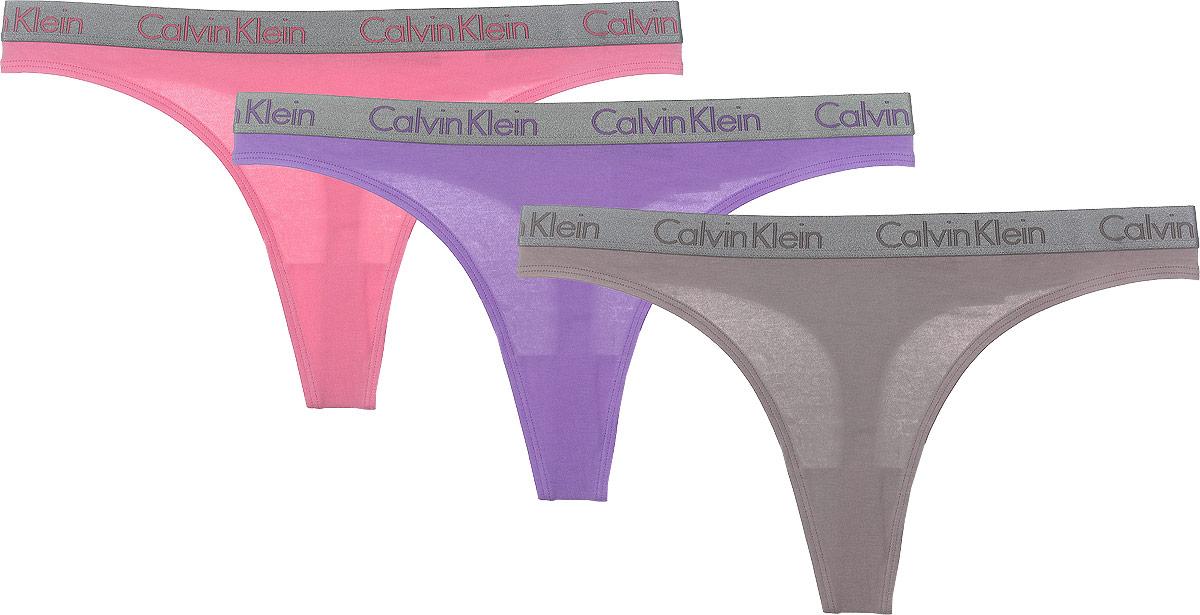 Трусы-тонг женские, 3 шт. QD3560EQD3560E_BZEЖенские трусики-тонг Calvin Klein Underwear подчеркнут вашу индивидуальность, создавая женственный силуэт. Изготовленные из хлопка с добавлением волокон спандекса, они приятные и мягкие на ощупь, хорошо тянутся. Трусики дополнены комфортной эластичной резинкой, украшенной надписями с названием бренда. Ластовица выполнена из хлопка. В комплект входит трое трусов.