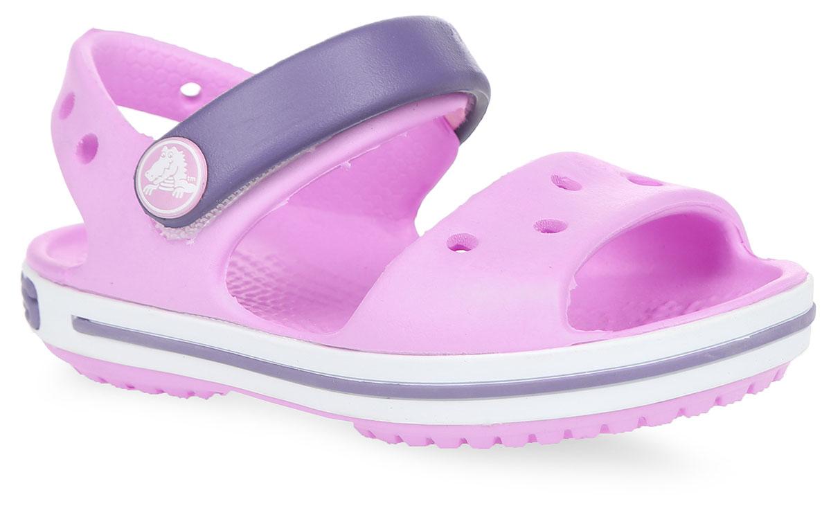 Сандалии детские Crocband. 1285612856-485Прелестные сандалии Crocband от Crocs очаруют вашего ребенка с первого взгляда! Модель выполнена из полимера Croslite и дополнена по периметру подошвы контрастной полоской с названием бренда. Благодаря материалу Croslite обувь невероятно легкая, мягкая и удобная. Материал Croslite - бактериостатичен, препятствует появлению неприятных запахов и легок в уходе: быстро сохнет и не оставляет следов на любых поверхностях. Верх модели оформлен отверстиями, которые можно использовать для украшения джибитсами. Под воздействием температуры тела обувь принимает форму стопы. Ремешок с застежкой-липучкой, оформленный фирменным логотипом, обеспечивает надежную фиксацию модели на ноге. Рельефная поверхность верхней части подошвы комфортна при движении. Рифленое основание подошвы гарантирует идеальное сцепление с любой поверхностью. Такие сандалии принесут комфорт и радость вашему ребенку.