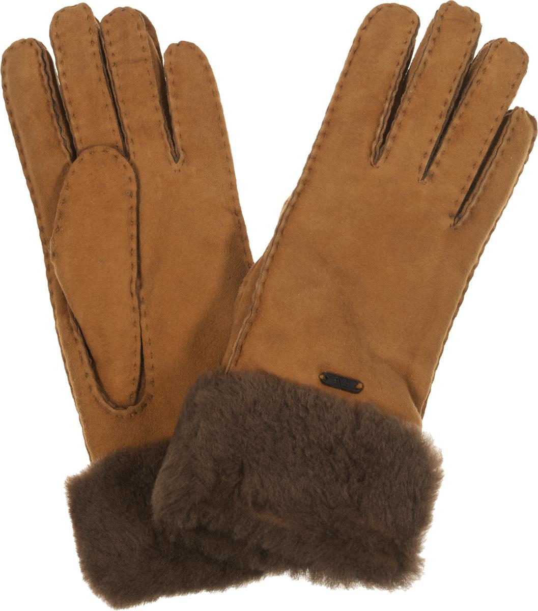 Перчатки25.2-2 chocolatПрекрасные теплые женские перчатки торговой марки Fabretti - незаменимый аксессуар зимнего гардероба. Модель выполнена из натуральной кожи с меховыми манжетами. На лицевой стороне перчатки декорированы пластиной с логотипом бренда. Края перчаток обработаны наружными ручными швами. Великолепные перчатки Fabretti не только согреют пальчики, но и дополнят ваш образ в качестве эффектного аксессуара.