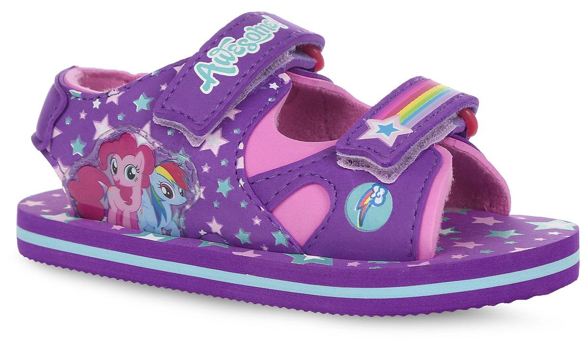 Сандалии для девочки My Little Pony. 60506050BСтильные сандалии от Kakadu My Little Pony очаруют вашу дочурку с первого взгляда! Модель с открытой пяткой выполнена из ЭВА материала, оформленного с одной из боковых сторон принтом в виде звезд и нашивкой с изображением героев из мультфильма My Little Pony. Ремешки на застежке-липучке, надежно фиксирующие обувь на ножке ребенка, декорированы буквенным принтом и принтом в виде радуги со звездой. Подкладка, выполненная из текстиля, предотвращает натирание и гарантирует уют. Стелька ЭВА материала обеспечит комфорт. Подошва оснащена рифлением для лучшего сцепления с поверхностью. Яркая и комфортная обувь с изображениями любимых персонажей порадует юных модниц.