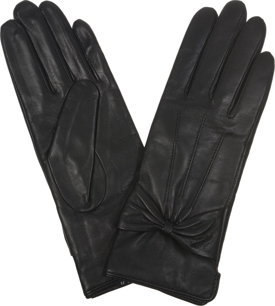 Перчатки женские. 12.812.8-1Элегантные женские перчатки Fabretti станут великолепным дополнением вашего образа и защитят ваши руки от холода и ветра во время прогулок. Перчатки выполнены из эфиопской перчаточной кожи ягненка на подкладке из шерсти с добавлением кашемира, что позволяет им надежно сохранять тепло. Перчатки оформлены декоративной прострочкой, а манжеты украшены с внешней стороны кожаными бантами. Такие перчатки будут оригинальным завершающим штрихом в создании современного модного образа, они подчеркнут ваш изысканный вкус и станут незаменимым и практичным аксессуаром.