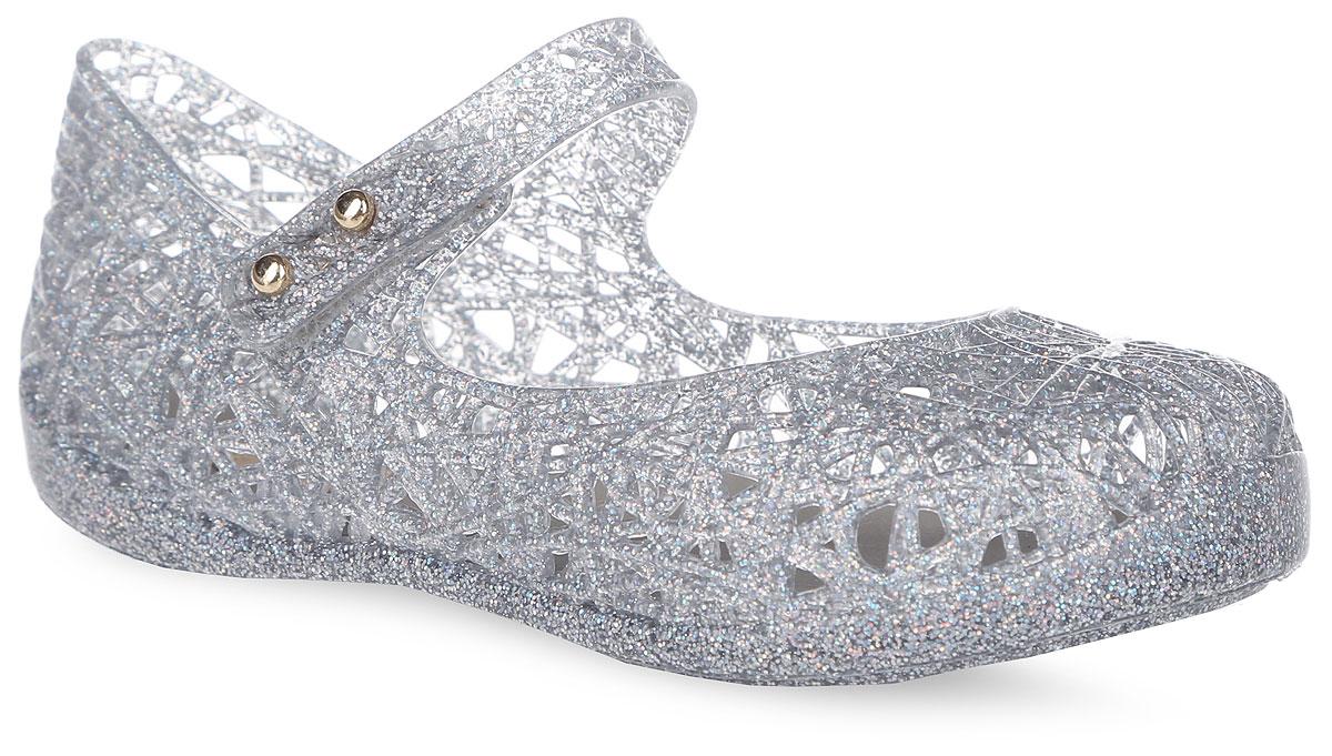 Туфли для девочки Campana Zig Zag. 31510-3777 (6)31510-3777 (6)Прелестные туфли Campana Zig Zag от Melissa придутся по душе вашей девочке. Модель выполнена из поливинилхлорида и оформлена декоративной перфорацией. Ремешок с застежкой-липучкой надежно зафиксирует модель на ноге. Подошва с рифлением гарантирует идеальное сцепление с любой поверхностью. Особенность данной модели в том, что она обладает приятным ароматом. Такие туфли станут прекрасным завершением летнего образа вашей девочки.