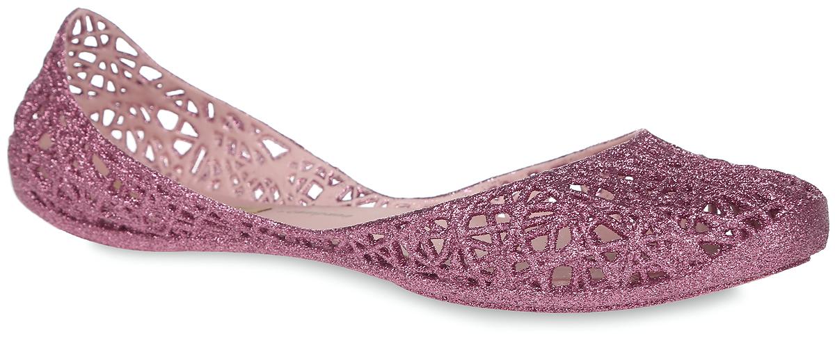 31513-52829Модные балетки Campana Zig Zag II AD от Melissa отлично впишутся в ваш гардероб. Модель, выполненная из поливинилхлорида, оформлена перфорацией и блестками. Подошва с рифлением обеспечивает идеальное сцепление с любыми поверхностями. Особенность данной модели в том, что она обладает приятным ароматом. Очаровательные балетки подчеркнут вашу индивидуальность и станут прекрасным завершением вашего образа.