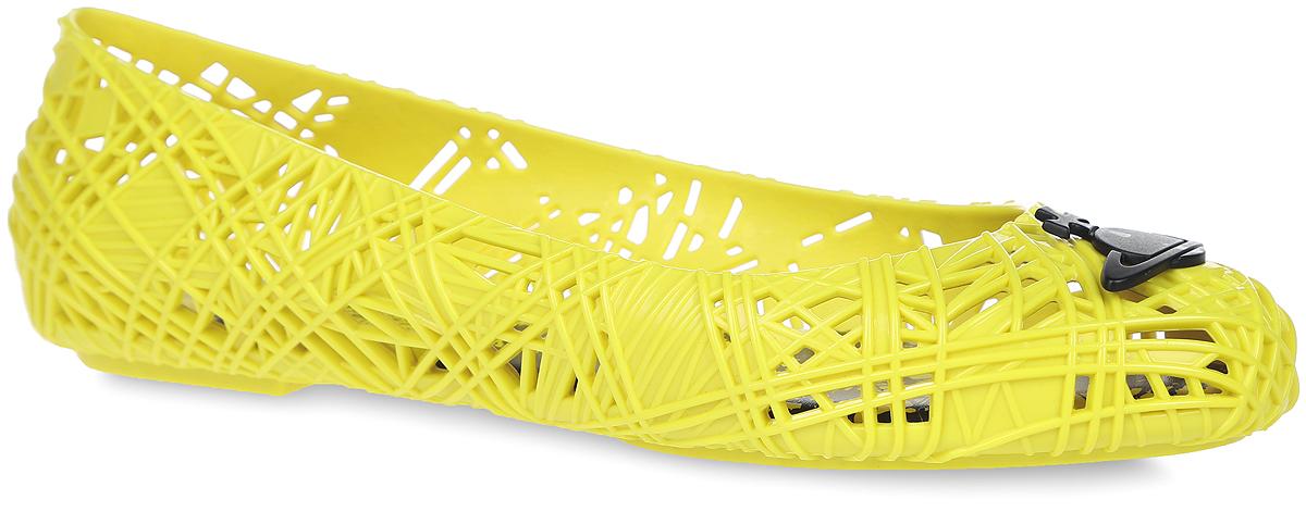 31673-1661Модные балетки Scribble Tartan от Melissa Vivienne Westwood Anglomania + отлично впишутся в ваш гардероб. Модель, выполненная из поливинилхлорида с рельефной поверхностью, оформлена перфорацией, на мысе - металлическим элементом в виде фирменного логотипа Вивьен Вествуд. Подошва с рифлением гарантирует идеальное сцепление с любыми поверхностями. Особенность данной модели в том, что она обладает приятным ароматом. Очаровательные балетки подчеркнут вашу индивидуальность и станут прекрасным завершением вашего образа.