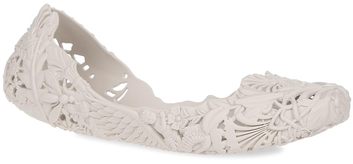 Балетки Campana Barroca AD. 3167231672-1276Модные балетки Campana Barroca AD от Melissa отлично впишутся в ваш гардероб. Модель, выполненная из поливинилхлорида, оформлена по всей поверхности оригинальным рельефом с перфорацией. Подошва с рифлением обеспечивает идеальное сцепление с любыми поверхностями. Особенность данной модели в том, что она обладает приятным ароматом. Очаровательные балетки подчеркнут вашу индивидуальность и станут прекрасным завершением вашего образа.