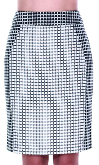 S3012Юбка прямая на подкладке из жаккардовой ткани в цветовой комбинации позитив-негатив. Из контрастной ткани выполнены пояс и боковые вертикальные детали. Сзади в среднем шве шлица и потайная молния.