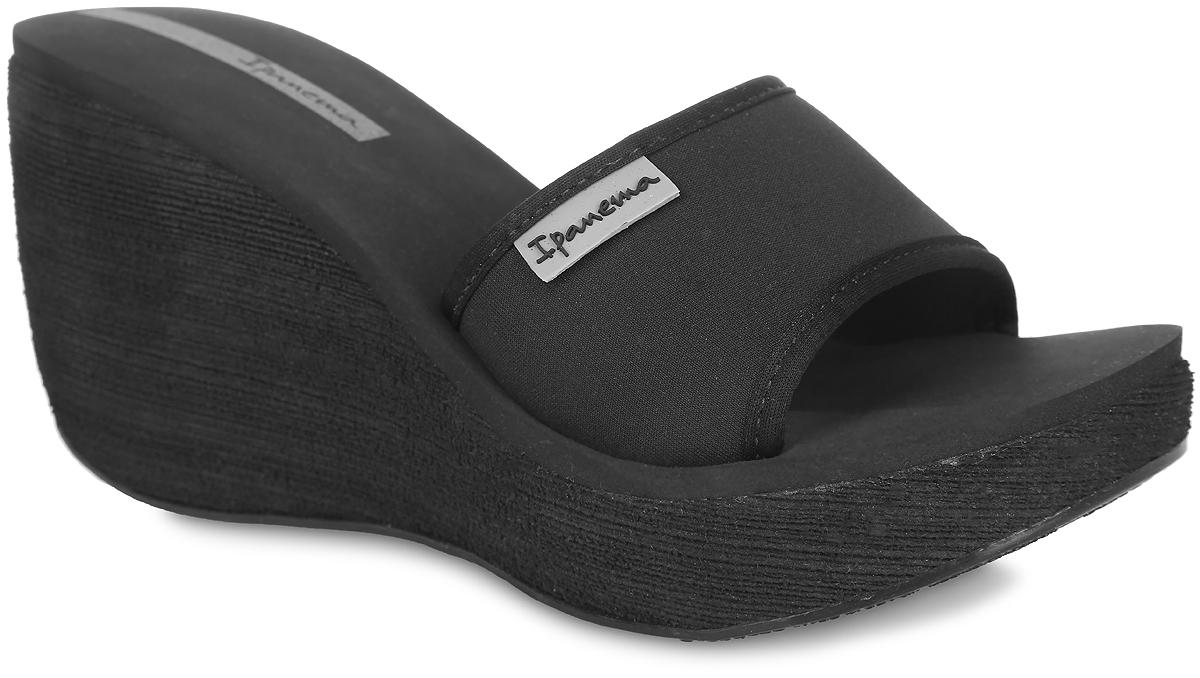 81844-21138Оригинальные женские шлепанцы на платформе Neoprint Slide Fem от Ipanema займут достойное место среди вашей летней обуви. Верх модели изготовлен из текстиля и оформлен названием бренда. Верхняя часть подошвы, выполненная из EVA-материала, невероятно комфортна при движении. Высокая танкетка компенсирована небольшой платформой. Рельефное основание подошвы обеспечивает уверенное сцепление с любой поверхностью. Удобные шлепанцы - необходимая вещь в гардеробе каждой женщины.
