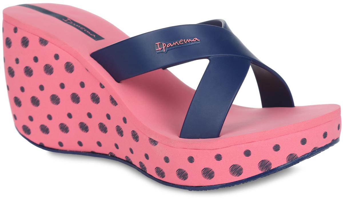 81707-41090Оригинальные женские шлепанцы на платформе Lipstick Straps II Fem от Ipanema займут достойное место среди вашей летней обуви. Верх модели изготовлен из ПВХ и оформлен на ремешке названием бренда. Верхняя часть подошвы, выполненная из EVA-материала, невероятно комфортна при движении. Высокая танкетка, оформленная узором в горох, компенсирована небольшой платформой. Рельефное основание подошвы обеспечивает уверенное сцепление с любой поверхностью. Удобные и модные шлепанцы - необходимая вещь в гардеробе каждой женщины.
