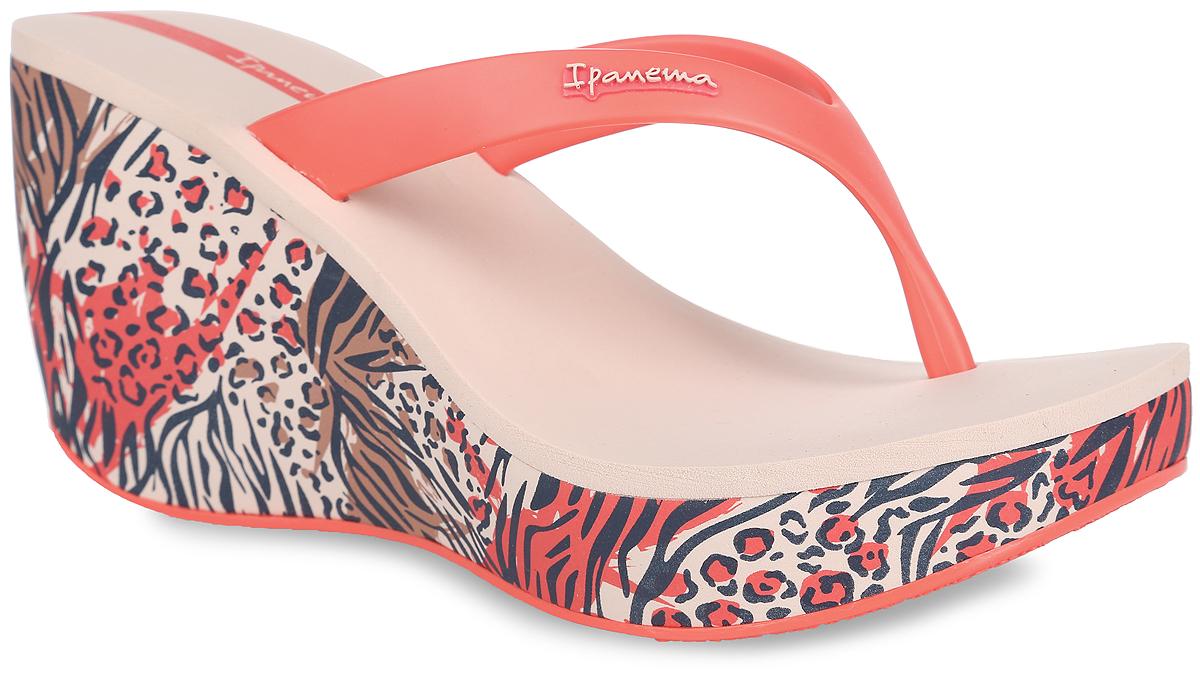 81706-41085Оригинальные женские сланцы на платформе Lipstick Thong IV Fem от Ipanema займут достойное место среди вашей летней обуви. Верх модели изготовлен из ПВХ и оформлен на ремешке названием бренда. Ремешки с перемычкой гарантируют надежную фиксацию модели на ноге. Верхняя часть подошвы, выполненная из EVA-материала, невероятно комфортна при движении. Высокая танкетка, оформленная оригинальным принтом, компенсирована небольшой платформой. Подошва с рифлением обеспечивает идеальное сцепление с любыми поверхностями. Удобные сланцы - необходимая вещь в гардеробе каждой женщины.