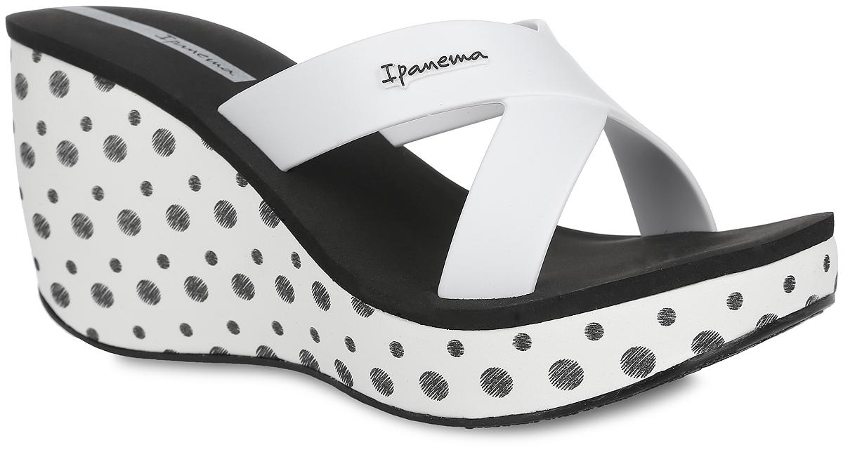 Шлепанцы на платформе женские Lipstick Straps II Fem. 8170781707-41090Оригинальные женские шлепанцы на платформе Lipstick Straps II Fem от Ipanema займут достойное место среди вашей летней обуви. Верх модели изготовлен из ПВХ и оформлен на ремешке названием бренда. Верхняя часть подошвы, выполненная из EVA-материала, невероятно комфортна при движении. Высокая танкетка, оформленная узором в горох, компенсирована небольшой платформой. Рельефное основание подошвы обеспечивает уверенное сцепление с любой поверхностью. Удобные и модные шлепанцы - необходимая вещь в гардеробе каждой женщины.