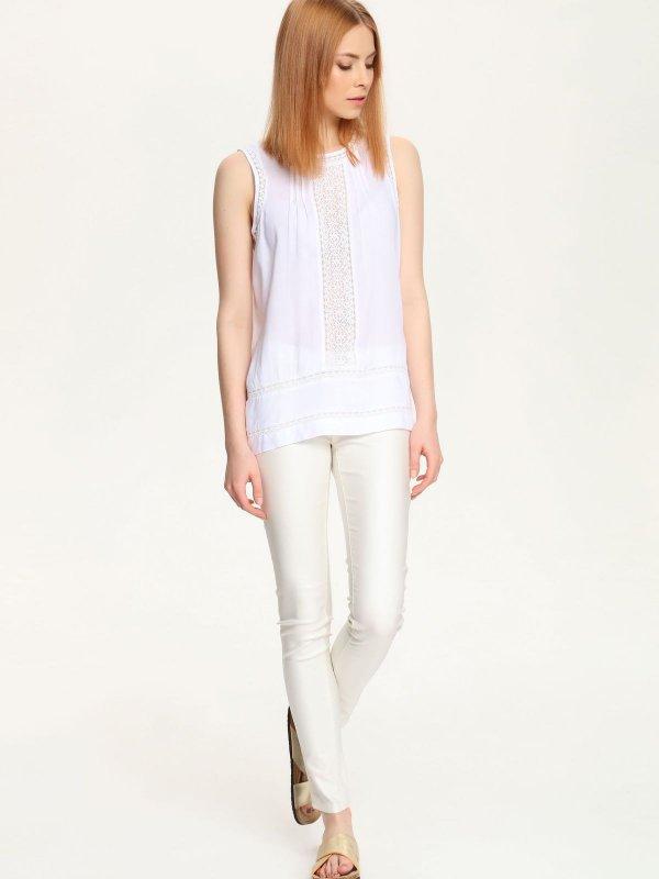 БлузкаSBW0253BI[E]Женская блузка Top Secret выполнена из 100% вискозы. Модель с круглым вырезом горловины сзади застегивается на пуговицу. Блузка оформлена кружевными вставками.