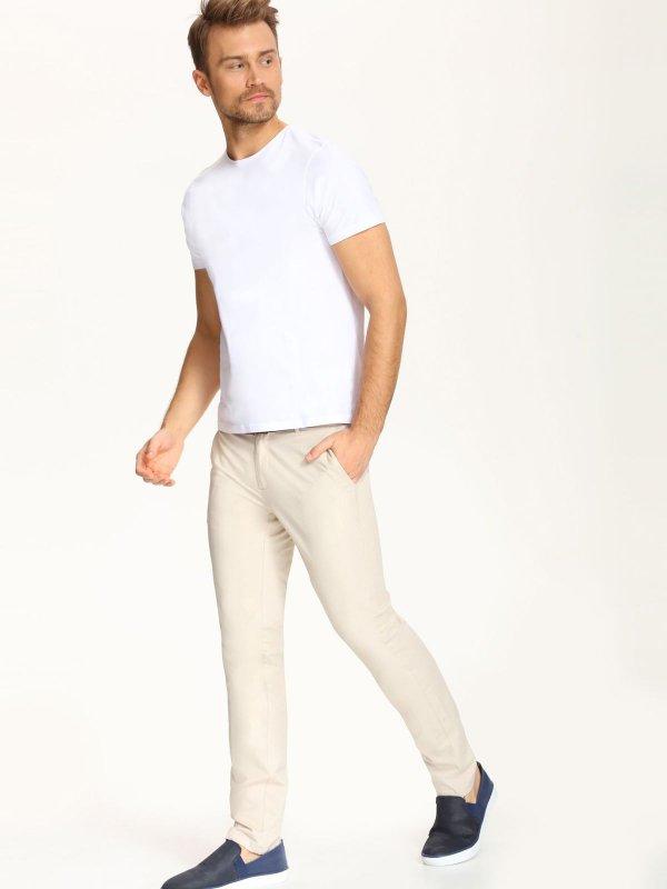 БрюкиSSP2261BEСтильные мужские брюки Top Secret высочайшего качества выполнены из плотного хлопка с добавлением эластана. Модель-слим станет отличным дополнением к вашему современному образу. Изделие застегивается на пуговицу в поясе и ширинку-молнию, также имеются шлевки для ремня. Спереди брюки оформлены двумя втачными карманами, сзади - двумя прорезными карманами.