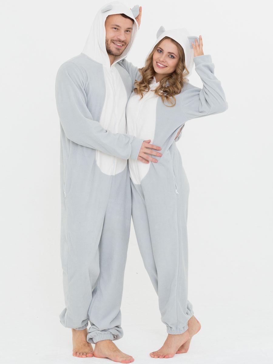 10402381Слитная пижама от Футужама выполнена из мягкого флиса. Модель на застежке-молнии. Капюшон дополнен ушками, боковые стороны - карманами на застежках-молниях. Манжеты оформлены прорезью для большого пальца, низ брючины - эластичной резинкой.
