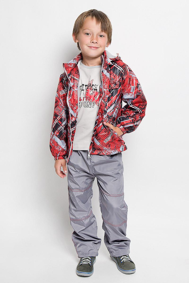 Комплект одеждыVB111606RD-7Красивый и яркий комплект для мальчика M&D, состоящий из ветровки, брюк и лонгслива, идеально подойдет для вашего ребенка в прохладную погоду. Ветровка изготовлена из полиэстера на мягкой хлопковой подкладке. Модель со съемным капюшоном застегивается на пластиковую молнию с защитой подбородка. Капюшон по краю дополнен затягивающимся шнурком со стопперами. Низ рукавов присборен на резинки. Спереди расположены два втачных кармана на застежках-молниях. По низу изделия проходит регулируемый эластичный шнурок со стопперами. Оформлена ветровка принтом в полоску, вышивкой и надписью. Брюки выполнены из полиэстера с подкладкой из натурального хлопка. Модель прямого кроя на талии имеет эластичную резинку, благодаря чему брюки не сдавливают животик ребенка и не сползают. Спереди расположены два втачных кармана. По низу брючин предусмотрена утяжка в виде резинок со стопперами. Изделие украшено контрастной прострочкой. На ветровке и брюках предусмотрены...