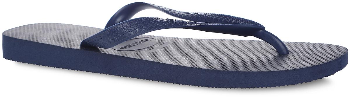 4000029-0555Модные сланцы Top от Havaianas придутся вам по душе. Верх модели, выполненный из резины, оформлен рельефным орнаментом и названием бренда. Ремешки с перемычкой гарантируют надежную фиксацию модели на ноге. Подошва выполнена из материала ЭВА. Рифление на верхней поверхности подошвы предотвращает выскальзывание ноги. Рельефное основание подошвы обеспечивает уверенное сцепление с любой поверхностью. Удобные сланцы прекрасно подойдут для похода в бассейн или на пляж.