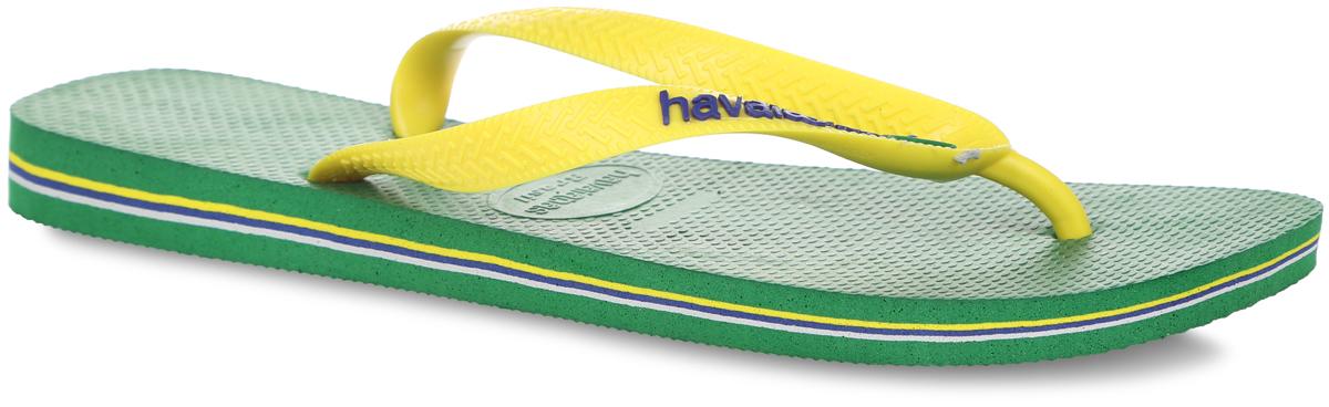 Сланцы мужские Brasil Logo. 41108504110850-2703Модные мужские сланцы Brasil Logo от Havaianas придутся вам по душе. Верх модели, выполненный из резины, оформлен рельефным орнаментом, названием бренда и изображением флага Бразилии. Ремешки с перемычкой гарантируют надежную фиксацию модели на ноге. Подошва выполнена из материала ЭВА и оформлена контрастными полосками. Рифление на верхней поверхности подошвы предотвращает выскальзывание ноги. Рельефное основание подошвы обеспечивает уверенное сцепление с любой поверхностью. Удобные сланцы прекрасно подойдут для похода в бассейн или на пляж.