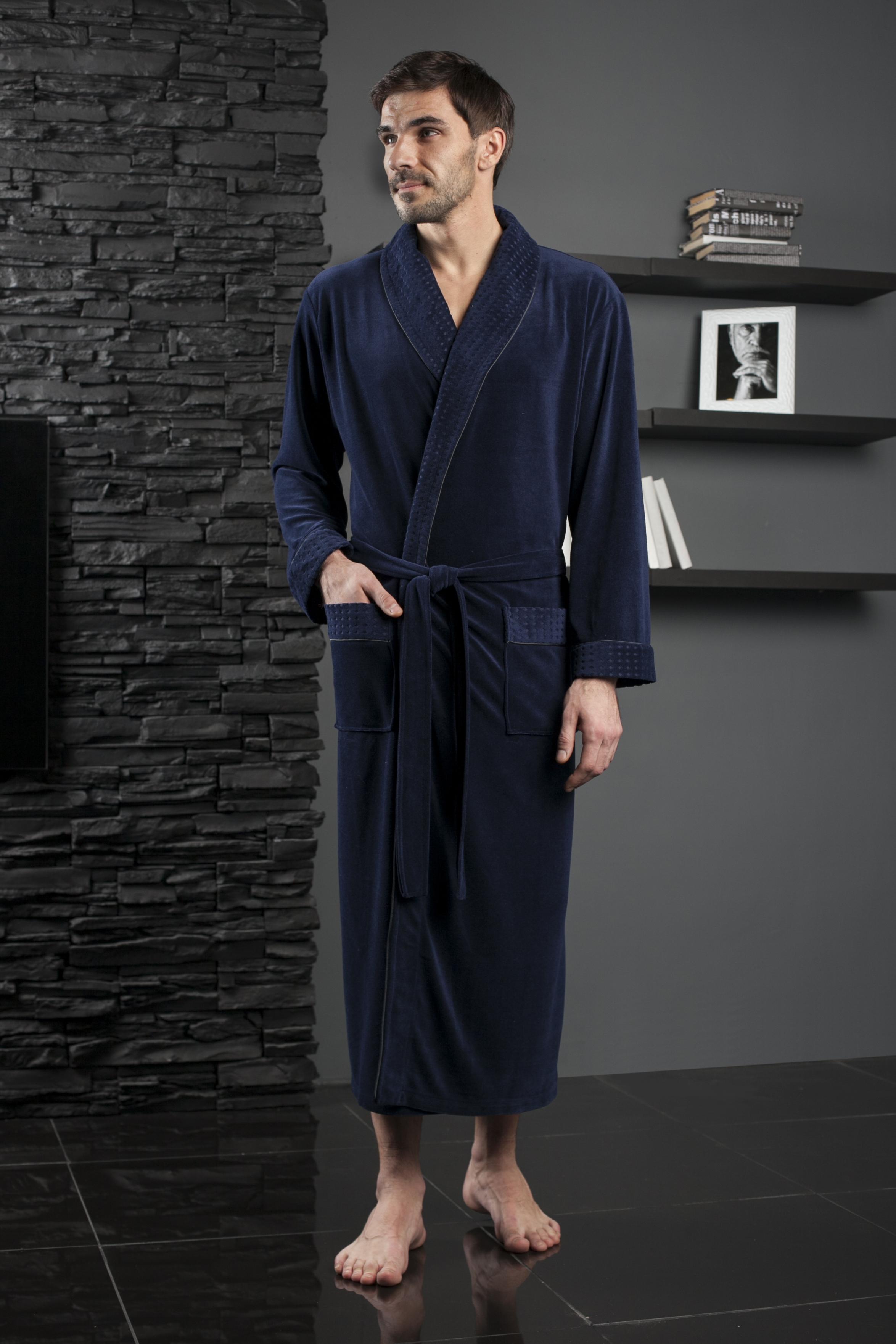 450Солидный длинный мужской халат с шалькой. Облегченная модель в однотонном исполнении. Жаккардовая ткань по шальке, манжетам и карманам. Декоративная отделка кантом в тон.