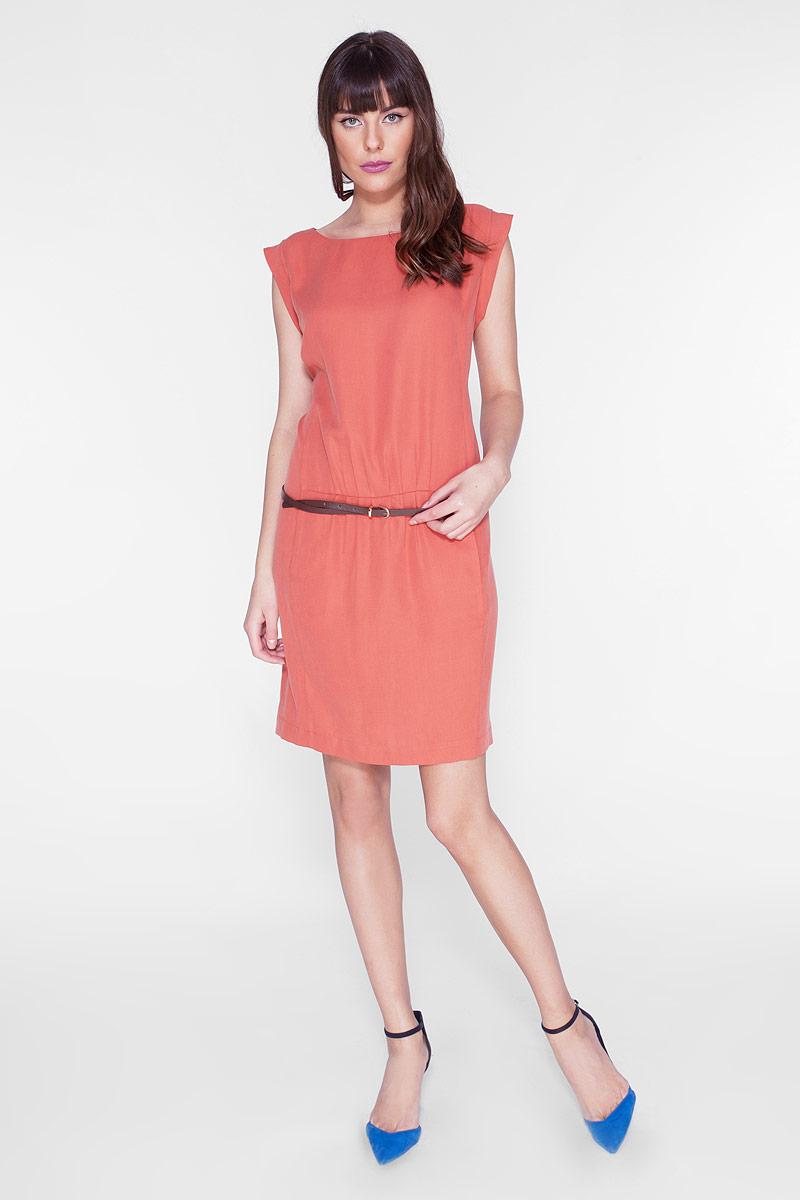 ПлатьеD15-539Стильное платье прямого силуэта, с округлым вырезом горловины. Модель дополнена двумя карманами. Платье выполнено из качественного материала приятной фактуры. В комплекте - изящный ремешок.