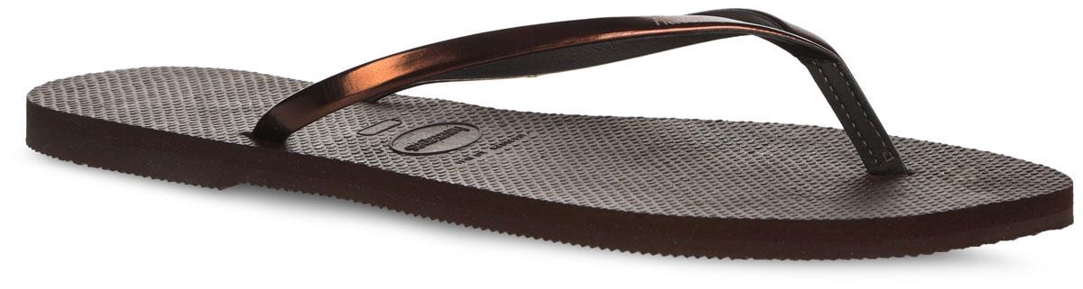 4135102-0727Модные женские сланцы You Metallic CF от Havaianas придутся вам по душе. Верх модели, выполненный из искусственной кожи, оформлен названием бренда. Ремешки с перемычкой гарантируют надежную фиксацию модели на ноге. Подошва выполнена из материала ЭВА. Рифление на верхней поверхности подошвы предотвращает выскальзывание ноги. Рельефное основание подошвы обеспечивает уверенное сцепление с любой поверхностью. Удобные сланцы прекрасно подойдут для похода в бассейн или на пляж.