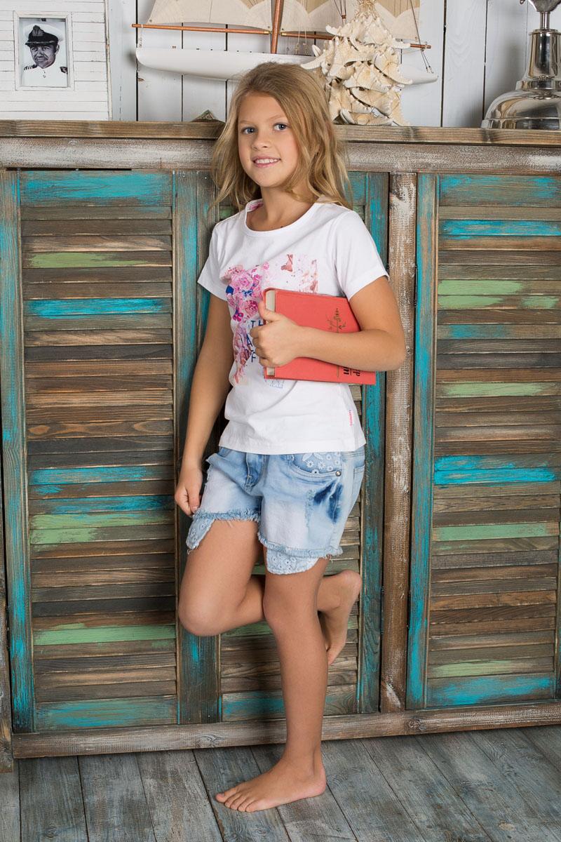 Шорты для девочки. 195813195813Джинсовые шорты для девочки Luminoso идеально подойдут маленькой моднице и станут отличным дополнением к детскому гардеробу. Изготовленные из эластичного хлопка, они не сковывают движения и позволяют коже дышать, обеспечивая наибольший комфорт. Шорты на талии застегиваются на металлическую пуговицу и имеют ширинку на застежке-молнии, а также шлевки для ремня. С внутренней стороны пояс регулируется скрытой резинкой на пуговицах. Спереди расположены два втачных кармана и один маленький накладной, а сзади - два накладных кармана. Оформлено изделие заклепками со стразами. Карманы декорированы кружевом. В таких стильных шортах ваша дочурка будет чувствовать себя комфортно и всегда будет в центре внимания!