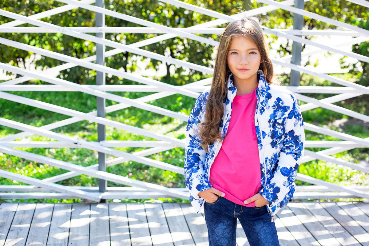 Куртка195800Утепленная куртка для девочки Luminoso идеально подойдет для ребенка в прохладное время года. Куртка изготовлена из ветрозащитного полиэстера с утеплителем из 100% полиэстера, который отлично сохраняет тепло. В качестве подкладки используется сочетание хлопка и полиэстера. Стеганая куртка с воротником-стойкой застегивается на пластиковую застежку-молнию с защитой подбородка. Спереди предусмотрены два прорезных кармашка на молнии. Модель оформлена эффектным цветочным принтом. Комфортная, удобная и теплая куртка идеально подойдет для прогулок и игр на свежем воздухе. В ней ваша дочурка всегда будет в центре внимания!