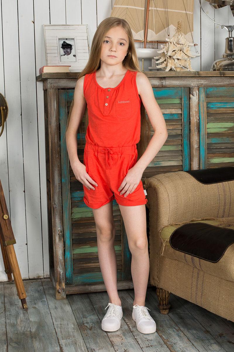 195829Комбинезон для девочки Luminoso станет ярким дополнением к гардеробу юной модницы. Он изготовлен из эластичного хлопка, мягкий и приятный на ощупь, не сковывает движения и хорошо пропускает воздух, обеспечивая наибольший комфорт. Комбинезон с круглым вырезом горловины застегивается спереди на три пуговицы. Пояс дополнен вшитой широкой резинкой и затягивающимся шнурком. Спереди предусмотрены два втачных кармана и один накладной на груди. Брючины оформлены декоративными отворотами. Модель украшена надписью с названием бренда, выполненной из переливающихся страз. Современный дизайн и расцветка делают этот комбинезон модным и стильным предметом детской одежды. В нем ваша принцесса будет чувствовать себя уютно и комфортно и всегда будет в центре внимания!