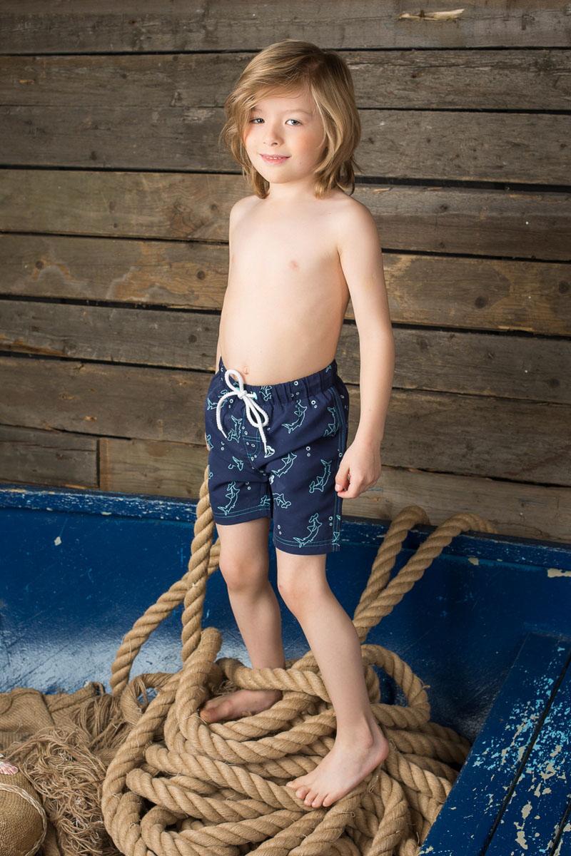 196371Пляжные шорты для мальчика Sweet Berry - идеальный вариант, как для купания, так и для игр на пляже. Изготовленные из 100% полиэстера, они быстро сохнут и сохраняют первоначальный вид и форму даже при длительном использовании. Шорты комфортны в носке, даже когда ребенок мокрый. Модель с вшитыми сетчатыми трусиками на поясе имеет эластичную резинку, регулируемую шнурком, благодаря чему они не сдавливают живот ребенка и не сползают. Имеется имитация ширинки. Оформлено изделие в морской тематике. Такие пляжные шорты, несомненно, понравятся вашему ребенку и послужат отличным дополнением к летнему гардеробу!
