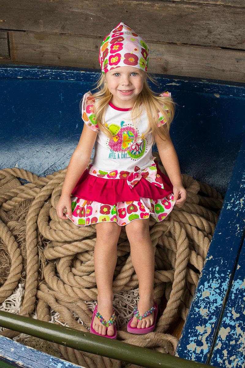 Платье для девочки. 195276195276Яркое платье для девочки Sweet Berry идеально подойдет вашей маленькой моднице. Изготовленное из эластичного хлопка, оно мягкое и приятное на ощупь, не сковывает движения и позволяет коже дышать, не раздражает даже самую нежную и чувствительную кожу ребенка, обеспечивая наибольший комфорт. Платье с рукавами-крылышками и круглым вырезом горловины оформлено оригинальным ярким принтом со стразами и трикотажным бантом на талии. Низ изделия дополнен воздушными воланами, придающими изделию пышность. Современный дизайн и модная расцветка делают это платье стильным предметом детского гардероба. В нем ваша принцесса будет чувствовать себя уютно и комфортно, и всегда будет в центре внимания!
