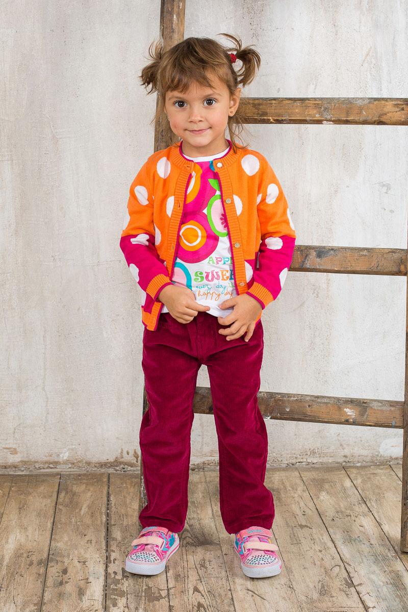Кофта для девочки Baby. 195271195271Вязаная кофта для девочки Sweet Berry Baby идеально подойдет вашей маленькой моднице. Выполненная из натуральной хлопковой пряжи, она мягкая и приятная на ощупь, не сковывает движения и позволяет коже дышать, обеспечивая наибольший комфорт. Кофта с круглым вырезом горловины и длинными рукавами застегивается на пуговицы по всей длине, что помогает с легкостью переодеть малышку. Горловина, планка, манжеты рукавов и низ изделия связаны крупной резинкой. Модель оформлена принтом в горох, украшена бантиком со стразами. Снизу изделие дополнено небольшой металлической подвеской с фирменным логотипом. Современный дизайн и яркая расцветка делают эту кофту стильным предметом детского гардероба. В ней ваша принцесса будет чувствовать себя уютно и комфортно, и всегда будет в центре внимания!