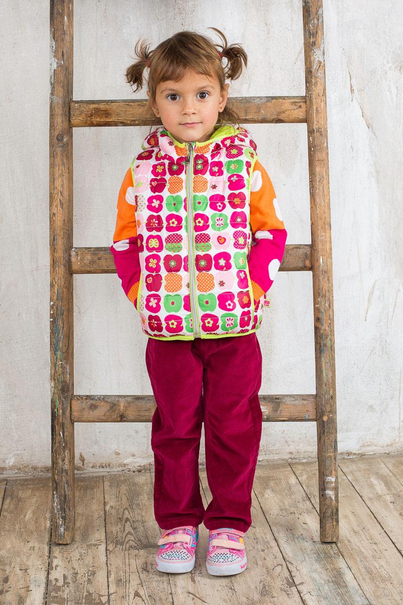 Брюки для девочки. 195272195272Вельветовые брюки для девочки Sweet Berry Baby идеально подойдут юной моднице. Изготовленные из эластичного хлопка, они мягкие и приятные на ощупь, не сковывают движения ребенка и позволяют коже дышать, обеспечивая наибольший комфорт. Брюки на талии застегиваются на металлический крючок, имеются шлевки для ремня. С внутренней стороны пояс регулируется скрытой резинкой на пуговицах. Модель имеет спереди два втачных кармана и два накладных кармана сзади. Оформлено изделие металлическими клепками со стразами. Современный дизайн и расцветка делают эти брюки модным предметом детской одежды. В них ребенок всегда будет в центре внимания!