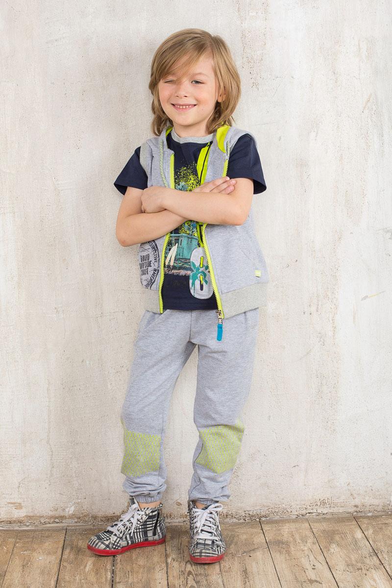 Футболка для мальчика. 196347196347Модная футболка для мальчика Sweet Berry станет отличным дополнением к детскому гардеробу. Модель выполнена из эластичного хлопка, очень мягкая и приятная на ощупь, не сковывает движения и позволяет коже дышать, обеспечивая комфорт. Футболка с короткими рукавами имеет круглый вырез горловины, оформленный трикотажной резинкой. Изделие украшено яркой термоаппликацией, а также нашивкой. Отличное качество, дизайн и расцветка делают эту футболку стильным и практичным предметом детской одежды, в ней маленький модник всегда будет в центре внимания!