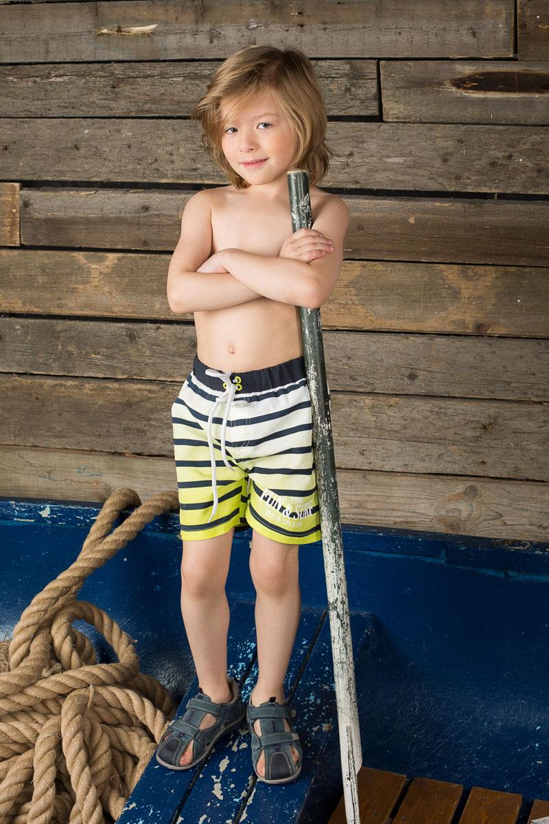 196353Пляжные шорты для мальчика Sweet Berry - идеальный вариант, как для купания, так и для игр на пляже. Изготовленные из 100% полиэстера, они быстро сохнут и сохраняют первоначальный вид и форму даже при длительном использовании. Шорты комфортны в носке, даже когда ребенок мокрый. Модель с вшитыми сетчатыми трусиками на поясе имеет эластичную резинку, регулируемую шнурком, благодаря чему они не сдавливают живот ребенка и не сползают. Имеется имитация ширинки. Оформлено изделие принтом в полоску и принтовыми надписями. Такие пляжные шорты, несомненно, понравятся вашему ребенку и послужат отличным дополнением к летнему гардеробу!