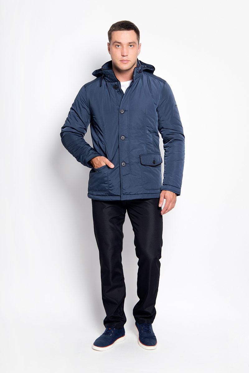 A16-21002_131Стильная мужская куртка Finn Flare превосходно подойдет для прохладных дней. Куртка выполнена из полиэстера, она отлично защищает от дождя, снега и ветра, а наполнитель из синтепона превосходно сохраняет тепло. Модель с длинными рукавами и воротником-стойкой застегивается на застежку-молнию и имеет ветрозащитный клапан на пуговицах. Воротник застегивается на кнопку. Куртка имеет несъемный капюшон, складывающийся в специальный карман на застежке-молнии на воротнике. Объем капюшона регулируется при помощи шнурка-кулиски со стопперами. Изделие дополнено двумя накладными карманами на клапанах с пуговицами, а также внутренним карманом на застежке-молнии и двумя внутренними карманами на пуговицах. Рукава дополнены манжетами на кнопках. По низу куртка дополнена разрезами на кнопках. Эта модная и в то же время комфортная куртка согреет вас в холодное время года и отлично подойдет как для прогулок, так и для активного отдыха.