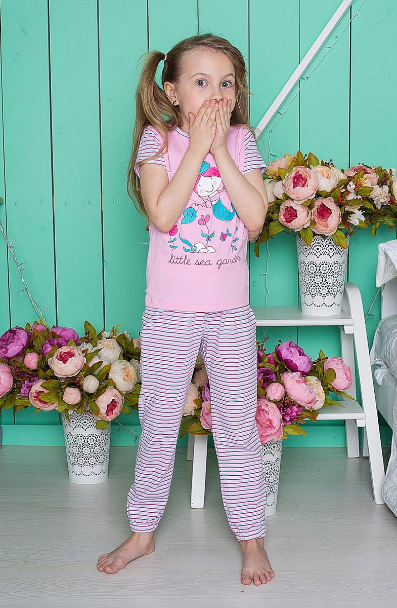 Комплект одежды195601Пижама для девочки, футболка с коротким рукавом украшена принтом, брюки на манжетах.