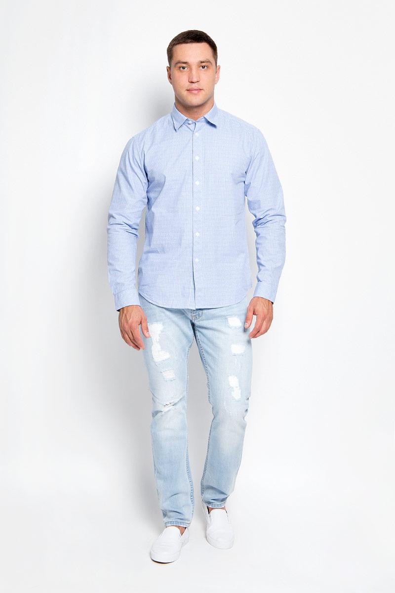 A16-21021_101Стильная мужская рубашка Finn Flare, выполненная из натурального хлопка, подчеркнет ваш уникальный стиль и поможет создать оригинальный образ. Такой материал великолепно пропускает воздух, обеспечивая необходимую вентиляцию, а также обладает высокой гигроскопичностью. Рубашка с длинными рукавами и отложным воротником застегивается на пуговицы спереди. Манжеты рукавов также застегиваются на пуговицы. Классическая рубашка - превосходный вариант для базового мужского гардероба и отличное решение на каждый день. Такая рубашка будет дарить вам комфорт в течение всего дня и послужит замечательным дополнением к вашему гардеробу.