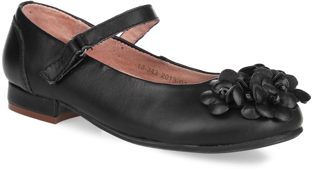 13-343Элегантные туфли от Аллигаша придутся по душе вашей юной моднице! Модель выполнена из искусственной кожи и оформлена задним наружным ремнем, декоративными прострочками. Мыс туфель украшен россыпью цветов. Сердцевина цветов декорирована гранеными бусинами. Ремешок на застежке-липучке гарантирует надежную фиксацию обуви на ноге. Стелька с супинатором, выполненная из натуральной кожи, обеспечивает правильное положение ноги ребенка при ходьбе, предотвращает плоскостопие. Рифленая поверхность каблука и подошвы защищает изделие от скольжения. Удобные туфли займут достойное место в гардеробе вашей девочки.