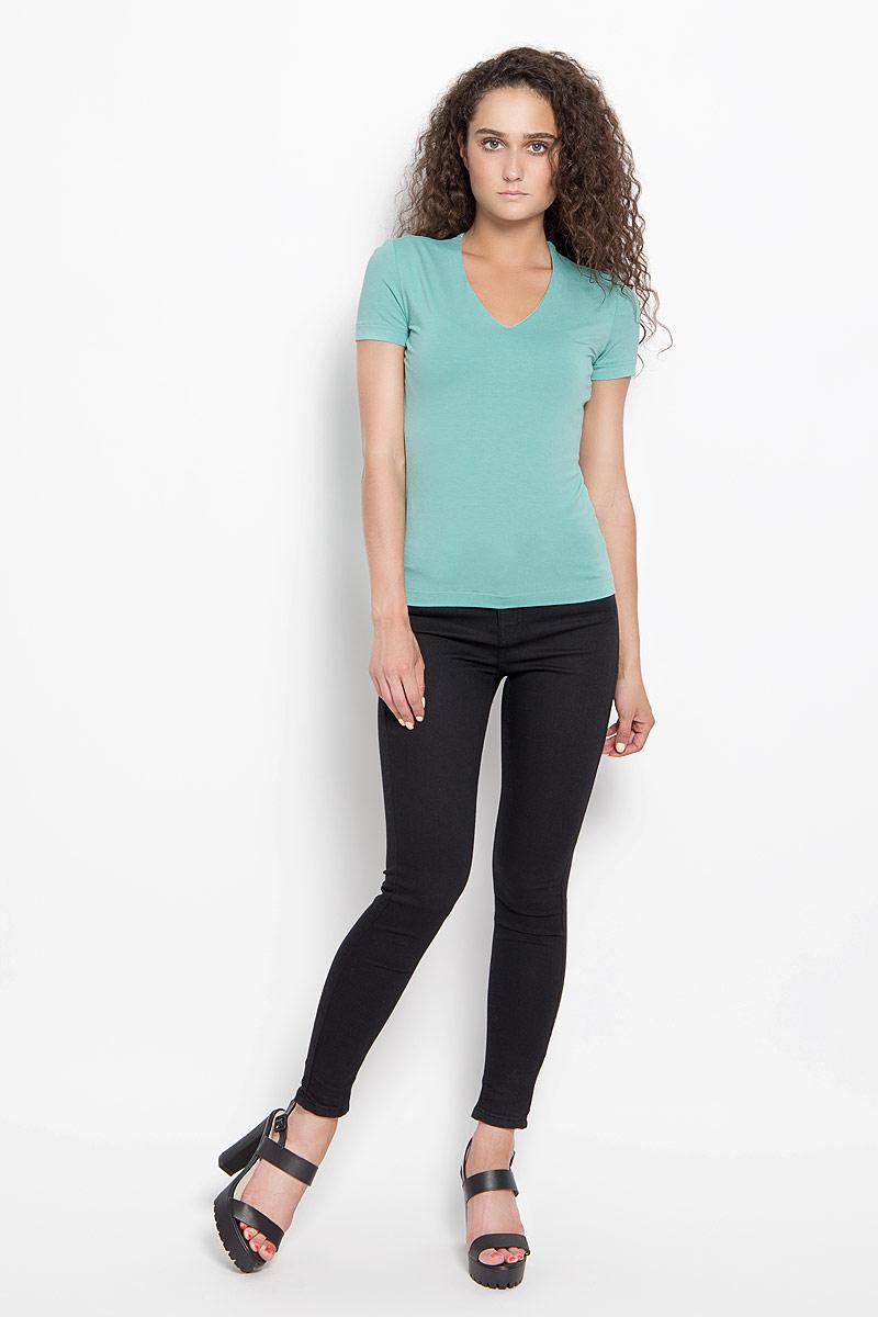 865000_1Стильная женская футболка Ruxara, выполненная из вискозы с добавлением лайкры, обладает высокой теплопроводностью, воздухопроницаемостью и гигроскопичностью, позволяет коже дышать. Модель с короткими рукавами и V-образным вырезом горловины. Изделие спереди дополнено небольшой внутренней вставкой для лучшей посадки модели по фигуре. Такая футболка станет стильным дополнением к вашему гардеробу, она подарит вам комфорт в течение всего дня!
