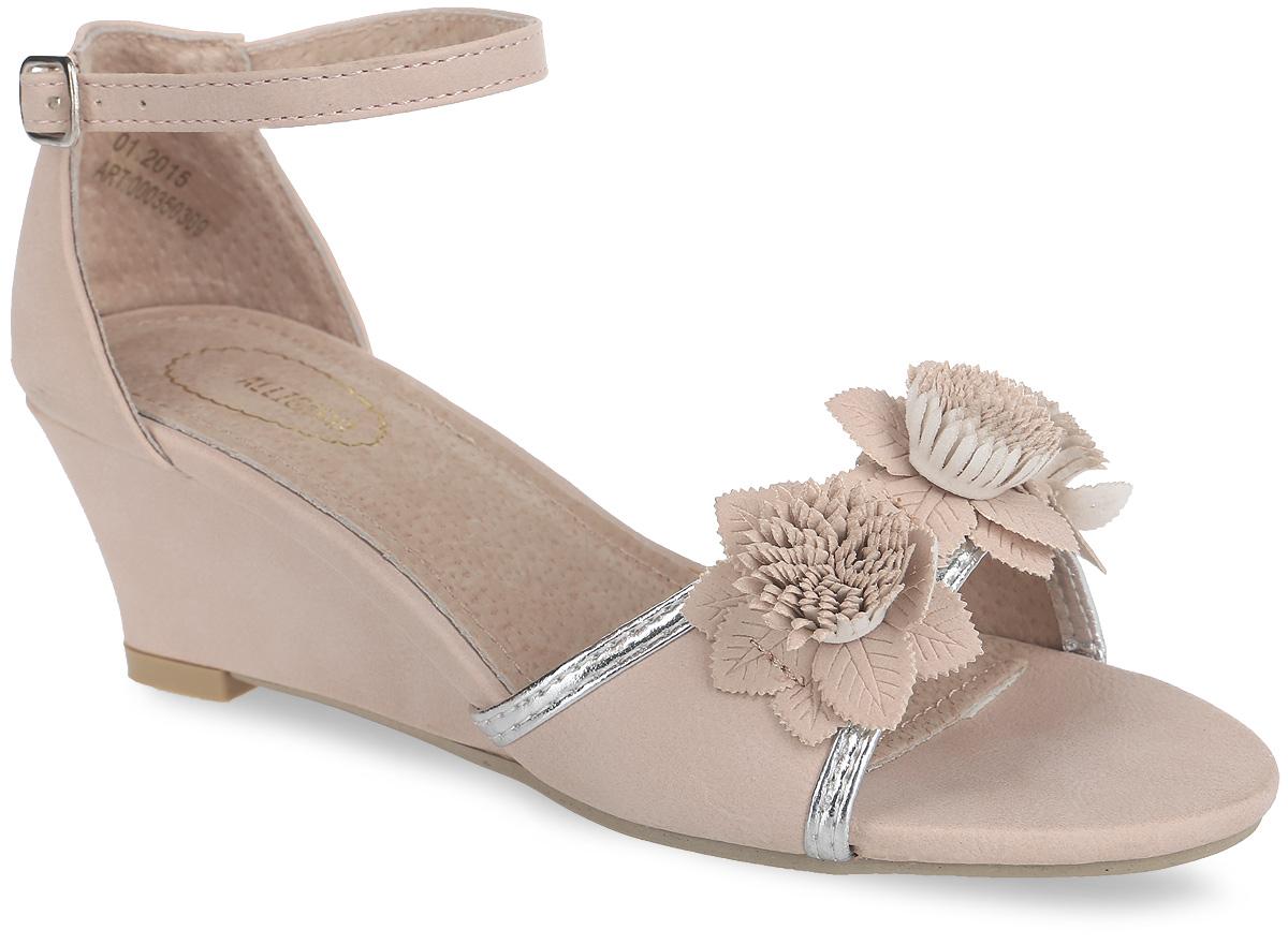 Босоножки для девочки. 000350309000350309Прелестные босоножки на невысокой устойчивой танкетке от Аллигаша придутся по душе вашей маленькой моднице и идеально подойдут для повседневной носки в летнюю погоду, а также для торжественных моментов! Модель с открытым носом выполнена из искусственной кожи. Мыс обуви украшен объемной аппликацией в виде изящных цветов. Закрытая пятка и ремешок с металлической пряжкой надежно зафиксируют изделие на ножке ребенка. Подкладка и стелька изготовлены из натуральной кожи. Подошва оснащена рифлением для лучшего сцепления с поверхностями. Стильные босоножки - незаменимая вещь в гардеробе каждой девочки!