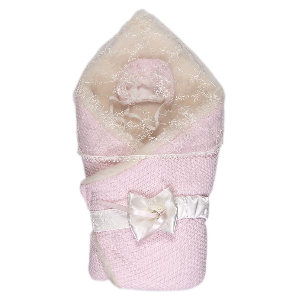 1709МКонверт-одеяло Сонный гномик Жемчужинка прекрасно подойдет для выписки новорожденного из роддома. В дальнейшем его можно использовать во время прогулок с малышом в коляске-люльке или в качестве удобного коврика для пеленания. Конверт изготовлен из 100% акрила на подкладке из шерсти с добавлением полиэстера. В качестве утеплителя используется шелтер (100% полиэстер). Шелтер (Shelter) - утеплитель нового поколения с тонкими волокнами. Его более мягкие ячейки лучше удерживают воздух, эффективнее сохраняя тепло. Более частые связи между волокнами делают утеплитель прочным и позволяют сохранить его свойства даже после многократных стирок. Утеплитель шелтер максимально защищает от холода и не стесняет движений. Конверт-одеяло складывается и фиксируется на липучку. Верхняя часть конверта украшена вуалью с ажурной вышивкой, пристегивающейся с помощью липучек. Также в комплект входит очаровательный акриловый чепчик на хлопковой подкладке, украшенный оборкой из вуали и атласный...