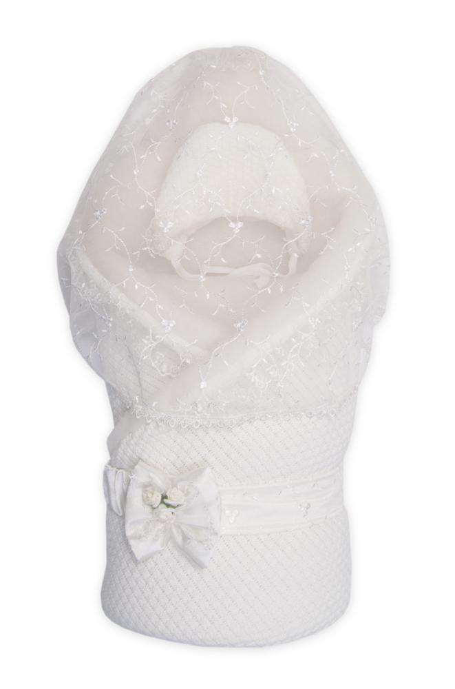 Конверт для новорожденного1709М/1Конверт-одеяло Сонный гномик Жемчужинка прекрасно подойдет для выписки новорожденного из роддома. В дальнейшем его можно использовать во время прогулок с малышом в коляске-люльке или в качестве удобного коврика для пеленания. Конверт изготовлен из 100% акрила на подкладке из шерсти с добавлением полиэстера. В качестве утеплителя используется шелтер (100% полиэстер). Шелтер (Shelter) - утеплитель нового поколения с тонкими волокнами. Его более мягкие ячейки лучше удерживают воздух, эффективнее сохраняя тепло. Более частые связи между волокнами делают утеплитель прочным и позволяют сохранить его свойства даже после многократных стирок. Утеплитель шелтер максимально защищает от холода и не стесняет движений. Конверт-одеяло складывается и фиксируется на липучку. Верхняя часть конверта украшена вуалью с ажурной вышивкой, пристегивающейся с помощью липучек. Также в комплект входит очаровательный акриловый чепчик на хлопковой подкладке, украшенный оборкой из вуали и атласный...
