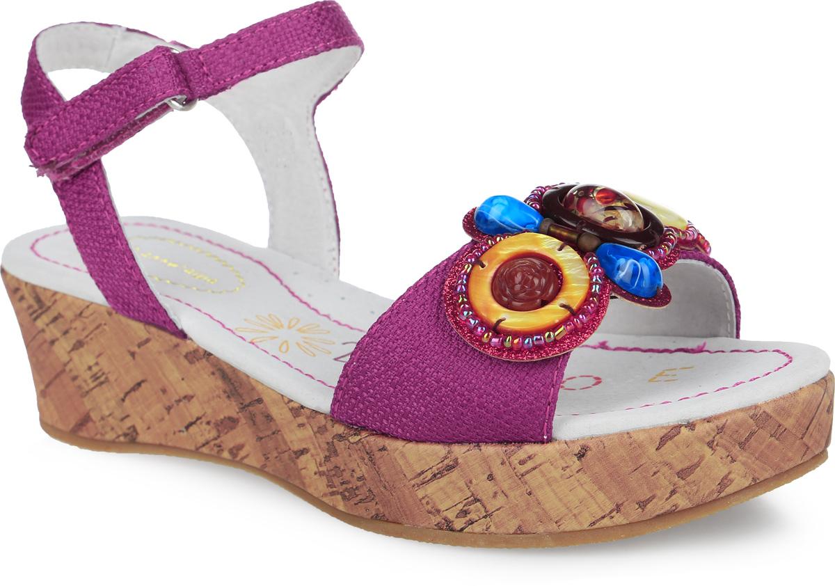 31Прелестные босоножки от Аллигаша придутся по душе вашей девочке и идеально подойдут для повседневной носки в летнюю погоду! Модель выполнена из текстиля и оформлена на переднем ремешке текстильной нашивкой с блестящей поверхностью, украшенной декоративными элементами. Ремешок с застежкой-липучкой обеспечивает надежную фиксацию модели на ноге. Внутренняя поверхность и стелька из натуральной кожи комфортны при ходьбе. Стелька дополнена супинатором с перфорацией, который обеспечивает правильное положение стопы ребенка при ходьбе и предотвращает плоскостопие. Танкетка, стилизованная под дерево, компенсирована платформой. Подошва с рифлением гарантирует отличное сцепление с любой поверхностью. Модные босоножки - незаменимая вещь в гардеробе каждой девочки!