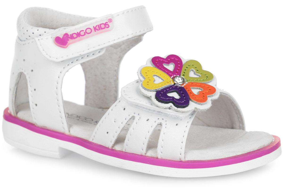 21-112A/12Прелестные сандалии от Indigo Kids придутся по душе вашей девочке и идеально подойдут для повседневной носки в летнюю погоду! Модель, выполненная из искусственной кожи, оформлена перфорацией, на переднем ремешке - декоративным цветком, украшенным стразом. Ремешки с застежками-липучками обеспечивают надежную фиксацию модели на ноге. Внутренняя поверхность и стелька из натуральной кожи комфортны при ходьбе. Стелька оснащена супинатором, который обеспечивает правильное положение стопы ребенка при ходьбе и предотвращает плоскостопие. Подошва с рифлением гарантирует отличное сцепление с любой поверхностью. Стильные сандалии - незаменимая вещь в гардеробе каждой девочки!